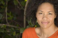 Lyckligt säkert le för kvinnaafrikansk amerikan Arkivfoto