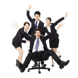 Lyckligt sammanträde för kollega för push för affärsgrupp i stol royaltyfri foto