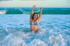 Lyckligt sammanträde för latinsk bikiniflicka i karibiskt Arkivfoto