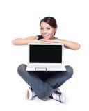 Lyckligt sammanträde för kvinnastudent med bärbara datorn Royaltyfria Bilder