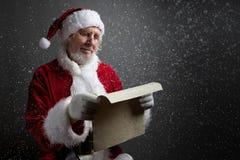 Lyckligt Santa Claus hållande tappningpapper på mörk bakgrund Royaltyfri Foto