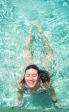 lyckligt simningkvinnabarn arkivfoto