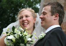 lyckligt skratta bröllop för par arkivbild