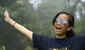 lyckligt skratta för asiatisk flicka som är teen fotografering för bildbyråer