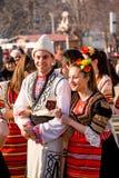 Lyckligt skratta för par och maskeringsfestivalen Arkivfoto