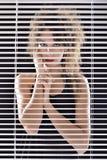 Lyckligt skrika för härlig kvinna i färgrik klänning Arkivfoto