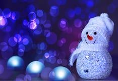 Lyckligt snögubbeanseende i vinter med bokehljus fotografering för bildbyråer