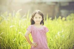 Lyckligt spela för flicka som är utomhus- Arkivfoto