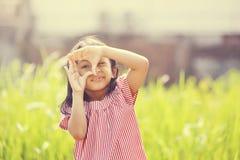 Lyckligt spela för flicka som är utomhus- Royaltyfri Fotografi
