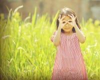 Lyckligt spela för flicka som är utomhus- Fotografering för Bildbyråer