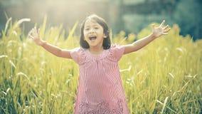 Lyckligt spela för flicka som är utomhus- Arkivfoton