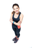 Lyckligt sportigt kvinnaanseende med vikta armar Arkivbild