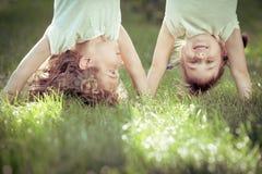 Lyckligt stå för barn som är uppochnervänt Fotografering för Bildbyråer