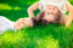 Lyckligt stå för barn som är uppochnervänt Arkivbild