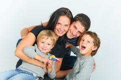 lyckligt ståendebarn för familj royaltyfria bilder