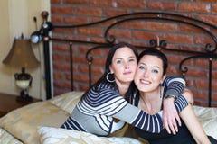 lyckligt ståendebarn för par Fotografering för Bildbyråer