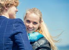 lyckligt ståendebarn för par Royaltyfria Foton