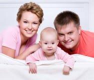 lyckligt ståendebarn för härlig familj Arkivbild
