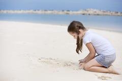 lyckligt strandbarn Paradisferiebegrepp, flickaplacering på den sandiga stranden med blått grunt vatten och ren himmel Arkivfoton