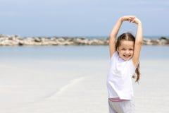 lyckligt strandbarn Paradisferiebegrepp, flickaplacering på den sandiga stranden med blått grunt vatten och ren himmel Royaltyfria Foton