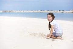 lyckligt strandbarn Paradisferiebegrepp, flickaplacering på den sandiga stranden med blått grunt vatten och ren himmel Royaltyfri Fotografi