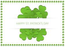 Lyckligt Sts Patrick dagkort med treklöverer Royaltyfria Bilder