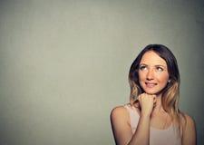 Lyckligt tänkande drömma för ung kvinna har idéer som ser upp Royaltyfria Bilder