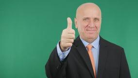Lyckligt tecken för jobb för gester för affärsmanMake Thumbs Up hand bra royaltyfria bilder