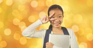 Lyckligt tecken för skolflickavisningseger, medan rymma den digitala minnestavlan Arkivbilder