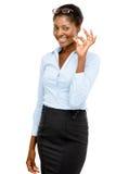 Lyckligt tecken för afrikansk amerikanaffärskvinnagodkännande som isoleras på vit Arkivbild