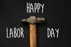Lyckligt texttecken för arbets- dag hammare funktionsdugligt hjälpmedel på svart backgro Royaltyfri Bild