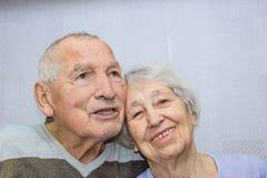 Lyckligt tillgivet moget omfamna för gamal man och för kvinna royaltyfri fotografi