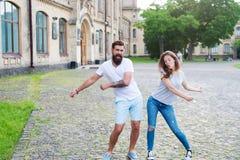 lyckligt tillsammans Förälskat gå för par ha gyckel Koppla ihop att koppla av tycka sig om Skäggig hipster för man och nätt royaltyfri fotografi