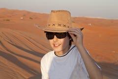 Lyckligt tonårigt i en öken Arkivbild