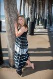 Lyckligt tonårigt på stranden royaltyfri fotografi
