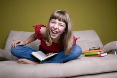 lyckligt tonårs- för bokflicka Royaltyfri Fotografi