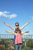 Lyckligt tonårs- och liten flicka royaltyfria bilder