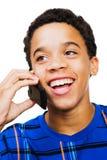 lyckligt tonårs- telefonsamtal för pojke Arkivfoton