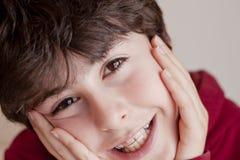 Lyckligt tonårigt med hänglsen Royaltyfri Foto