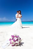 Lyckligt tropiskt bröllop Royaltyfria Bilder