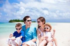 lyckligt tropiskt för strandfamilj Royaltyfri Bild