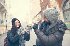Lyckligt turist- posera för foto Arkivbilder