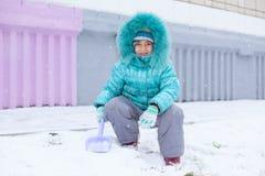 Lyckligt ungeflickabarn utomhus, i att spela för vinter Arkivfoto