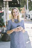 Lyckligt ungt Caucasian kvinnligt dricka kaffe royaltyfri bild