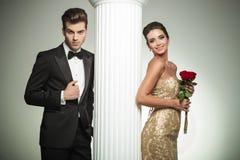 Lyckligt ungt gift par som poserar nära kolonn Royaltyfria Bilder