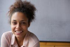 Lyckligt ungt le för svart kvinna Arkivfoton