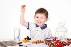 Lyckligt ungt muslimskt barn i Ramadan royaltyfri bild