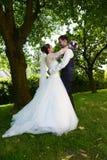Lyckligt ungt nytt gift par royaltyfria foton