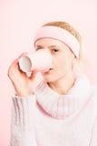 Definition för kick för rolig bakgrund för kvinnastående rosa verkligt folk arkivfoto