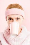 Definition för kick för rolig bakgrund för kvinnastående rosa verkligt folk royaltyfri foto